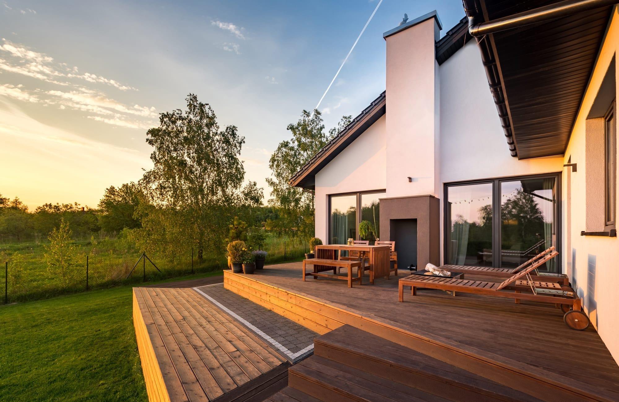 Schönes Haus mit Garten zur Darstellung der Arbeit eines Maklers